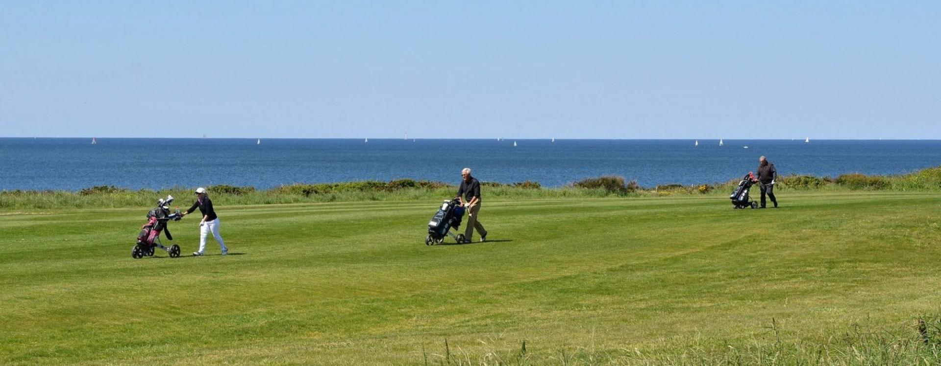 Golfeurs deplacement parours golf de Ploemeur Océan